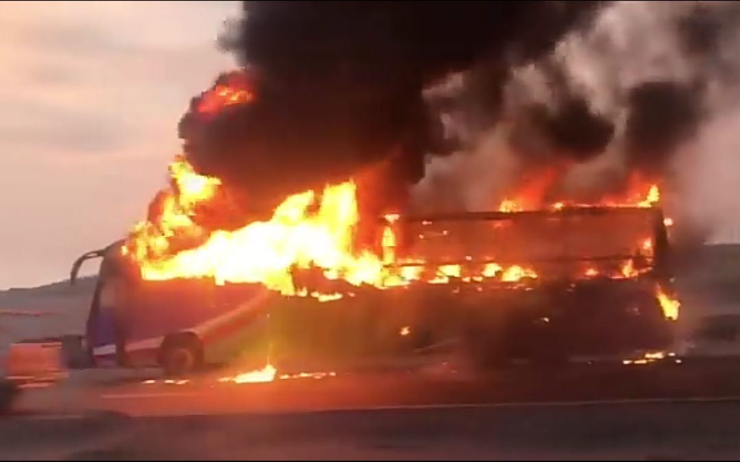 BUS INTERPROVINCIAL SE INCENDIA EN LA PANAMERICANA NORTE